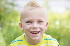 Stattliches junges Jungen-Portrait Stockfotografie