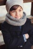 Stattliches junges Jungen-Portrait Betrachten der Kamera Lizenzfreies Stockfoto