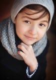 Stattliches junges Jungen-Portrait Betrachten der Kamera Stockfotografie