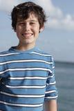 Stattliches junges Jungenlächeln Stockfotografie