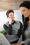 Stattliches junges Leitprogramm auf Mobile Lizenzfreie Stockfotos