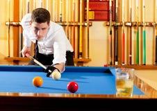 Stattliches Mannspielen des Billiardsiegers Stockbilder