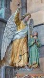 Statu do anjo de Bruges - de The Guardian na igreja nossa senhora foto de stock