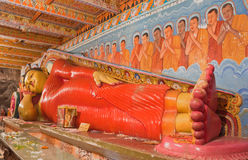 Statua adagiantesi del Buddha Fotografia Stock Libera da Diritti