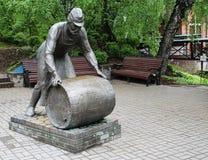 Statua ai fabbricanti di birra siberiani sul vicolo dei fabbricanti di birra nella città di Tomsk Fotografia Stock Libera da Diritti