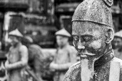 Statua al mausoleo nella tonalità, Vietnam del Khai Dinh Emperor, con altre statue nei precedenti immagini stock libere da diritti