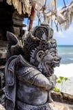 Statua al tempio Pura Tanah Lot, isola di Bali, Indonesia del mare immagine stock libera da diritti