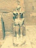Statua alla porta di una tomba in piramidi di Giza, Egitto fotografie stock libere da diritti