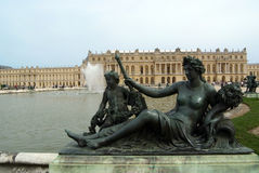 Statua alla sosta del chateau de Versailles immagine stock