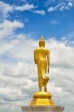 Statua ambulante del Buddha Immagine Stock