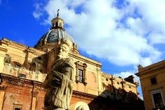 Statua & chiesa barrocco quadrate di Pretoria; Palermo Fotografia Stock