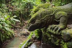 Statua antica antica con muschio Fotografie Stock