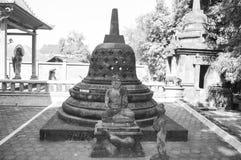 Statua antica in Candi Mendut Monastery vicino a Borobudur Java centrale, Indonesia fotografie stock