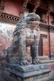 Statua antica del leone al quadrato di Durbar in Patan, Nepal immagine stock libera da diritti