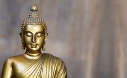 Statua antica dorata di Buddha I precedenti sono gray di ardesia leggero Il fronte del Buddha si è girato verso il diritto fotografia stock