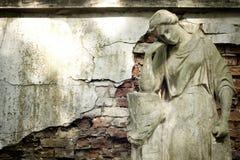Statua antyczny anioł na cmentarzu zdjęcia stock