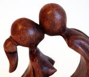 Statua baciante di legno delle coppie Immagine Stock Libera da Diritti
