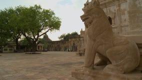 Statua biały lew w świątyni podwórzu zbiory wideo
