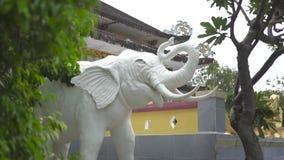 Statua biały słoń w Buddyjskiej świątyni Dekoracyjny rzeźba biały słoń w Azjatyckiej kulturze z bliska zbiory