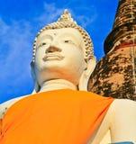 Statua bianca alta chiusa di Buddha e pagoda antica Fotografia Stock Libera da Diritti