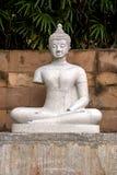 Statua bianca del buddha Immagini Stock
