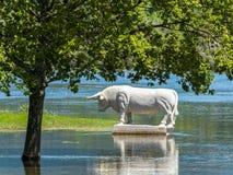 Statua bianca del toro in Ponte de Lima, Portogallo Fotografia Stock Libera da Diritti
