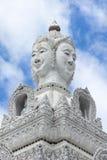 Statua bianca dell'immagine di Buddha con cielo blu e la nuvola Immagini Stock Libere da Diritti