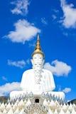 Statua bianca di Buddha al tempio di Phasornkaew Fotografia Stock Libera da Diritti