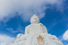 Statua bianca di Buddha con cielo blu con il fondo dei couds Fotografia Stock