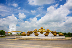 Statua bianca di Buddha contro cielo blu Fotografia Stock