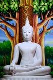 Statua bianca di Buddha in tempio antico Immagini Stock Libere da Diritti