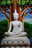 Statua bianca di Buddha in tempio della Tailandia Fotografia Stock