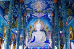 Statua bianca di Buddha in tempio di Wat Rong Sua Ten con il fondo del cielo blu, Chiang Rai Province, Tailandia immagine stock