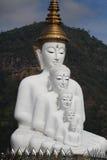 Statua bianca di seduta di Buddha di allineamento buono Fotografie Stock Libere da Diritti