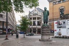 Statua blisko Krajowego teatru w Oslo, Norwegia zdjęcie stock