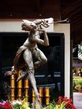 Statua Bronze della donna che gioca la scanalatura Immagini Stock Libere da Diritti
