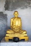 Statua bronzea del monaco di Bhuddist con fondo approssimativo Fotografie Stock
