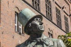 Statua bronzea dello scrittore danese famoso Hans Christian Andersen di fiaba fuori del comune di Copenhaghen con il fondo del ci fotografia stock