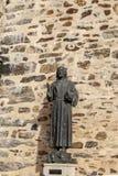 Statua bronzea di Francesco d'Assisi all'entrata Caceres, Estremadura, Spagna di Guadalupe Monastery fotografie stock libere da diritti