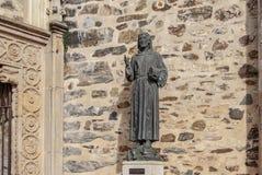 Statua bronzea di Francesco d'Assisi all'entrata Caceres, Estremadura, Spagna di Guadalupe Monastery fotografia stock