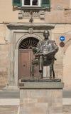 Statua bronzea di Giacomo Puccini nella sua città Lucca, Italia di nascita Immagine Stock