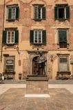 Statua bronzea di Giacomo Puccini in un quadrato della sua città di nascita Fotografia Stock