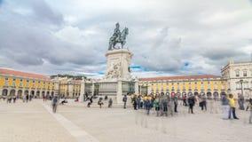 Statua bronzea di re Jose I ed arco trionfale a Rua Augusta al hyperlapse quadrato del timelapse di commercio a Lisbona archivi video