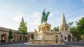 Statua bronzea di Stefano I a lasso di tempo di Budapest, Ungheria stock footage