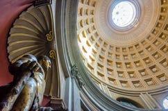 Statua bronzea dorata di Ercole con la cupola nei precedenti Immagine Stock
