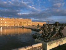 Statua bronzea e vista esteriore del palazzo di Versailles Immagine Stock