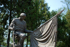 Statua bronzea nel cimitero Immagini Stock Libere da Diritti