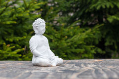 Statua Buddha - pokojowy umysł Biały bóstwo na plamy zieleni tle Medytuje pojęcie zdjęcia royalty free