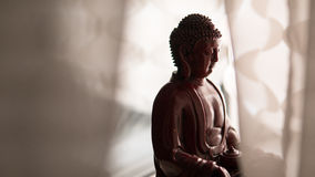 Statua Buddha Shakyamuni Buddyzm i enlightenment nirwana płytkie ogniska, obraz royalty free