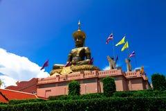 Statua Buddha siedzi na medytaci platformie z wh obrazy stock